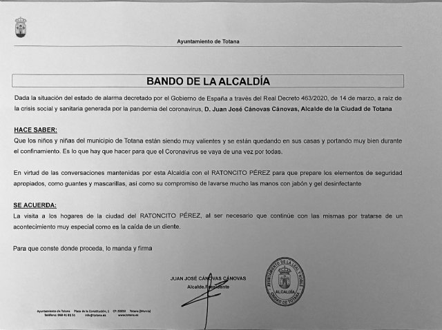 The mayor signs a faction so that the little mouse Pérez can go to the houses of the totaneros children