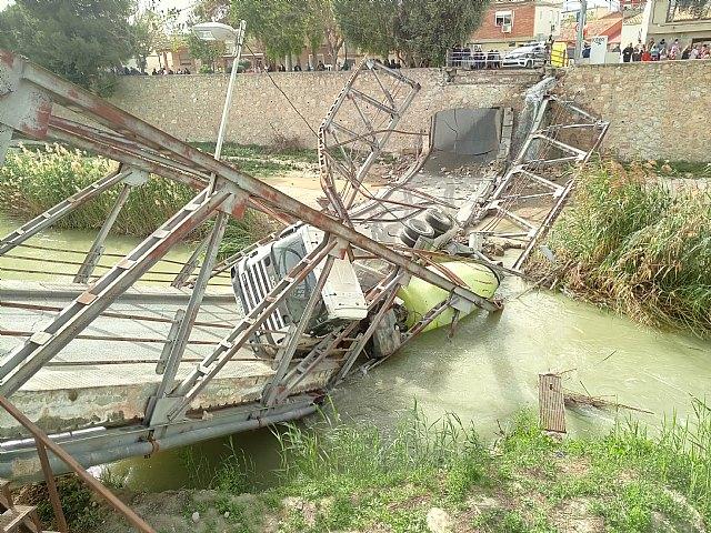 Atienden al conductor de un camión hormigonera que se ha precipitado al río, tras ceder un puente a su paso, en Beniel - 1, Foto 1