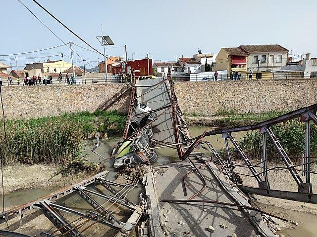 Atienden al conductor de un camión hormigonera que se ha precipitado al río, tras ceder un puente a su paso, en Beniel - 2, Foto 2