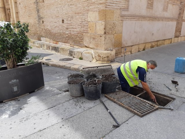 They carry out revision and cleaning works of the scuppers that catch the rainwater in order to avoid the collapse of the sewerage network
