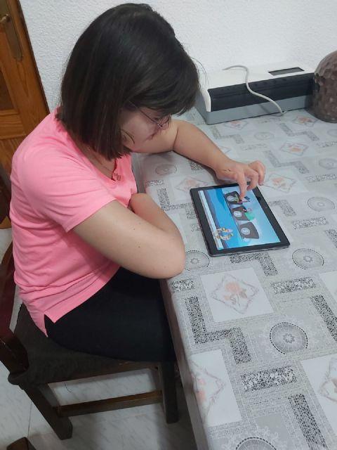 Apandis distribuye tablets entre las personas con discapacidad intelectual para seguir apoyándoles durante el confinamiento - 1, Foto 1