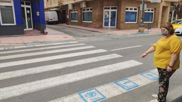 Los Alcázares instala pictogramas en los pasos de peatones para personas con discapacidad - 1, Foto 1