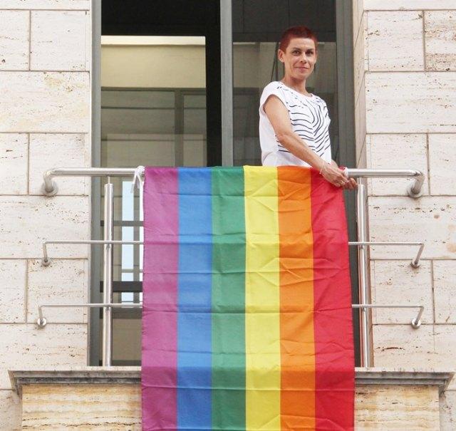 Mª Carmen Morales cuelga la bandera arcoirís para celebrar el Día Internacional del Orgullo - 1, Foto 1