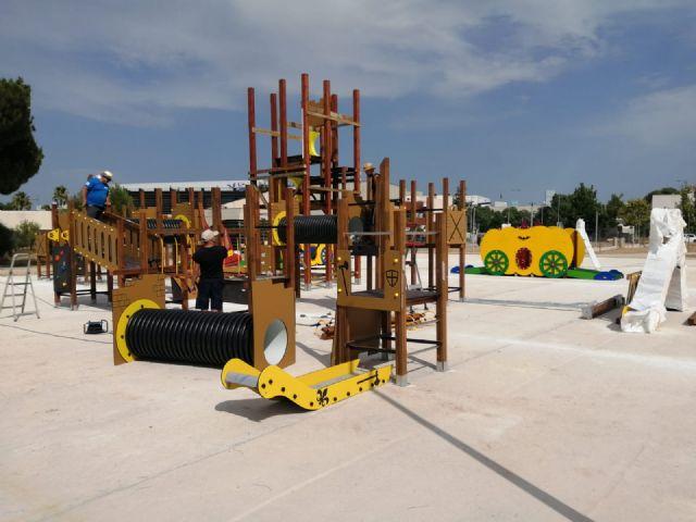 Comienzan a instalar en el parque del Acueducto el castillo de juegos infantiles más alto de la Región - 1, Foto 1