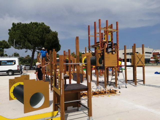 Comienzan a instalar en el parque del Acueducto el castillo de juegos infantiles más alto de la Región - 2, Foto 2