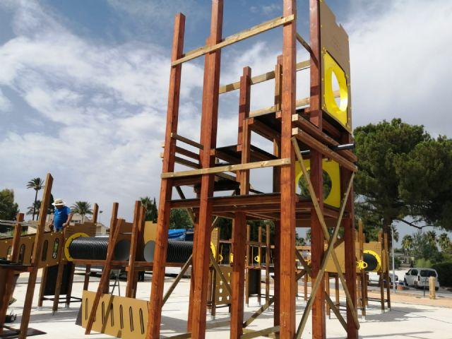 Comienzan a instalar en el parque del Acueducto el castillo de juegos infantiles más alto de la Región - 3, Foto 3
