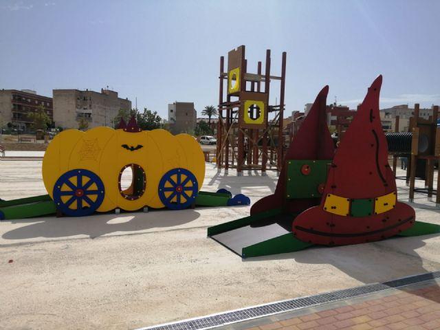 Comienzan a instalar en el parque del Acueducto el castillo de juegos infantiles más alto de la Región - 4, Foto 4