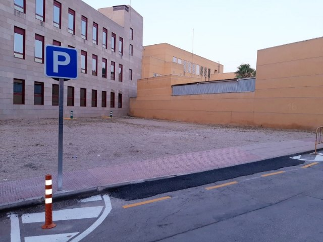 They enable the Santa Bárbara street lot, which exists between the Health Center and the Courts, as a deterrent parking lot