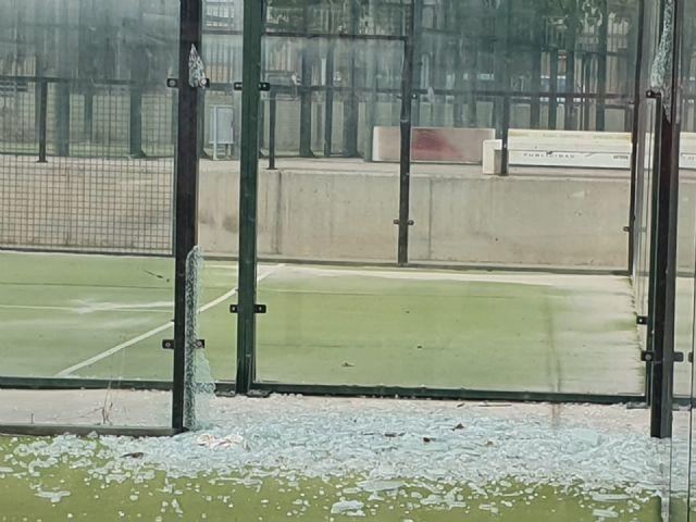 El PSOE pregunta al PP si practicar pádel entre hierba, cristales rotos y con calvas en la pista es una nueva modalidad deportiva - 1, Foto 1