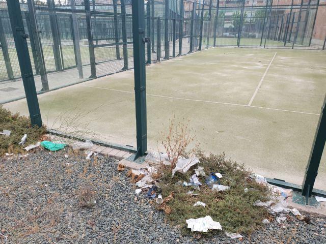 El PSOE pregunta al PP si practicar pádel entre hierba, cristales rotos y con calvas en la pista es una nueva modalidad deportiva - 3, Foto 3