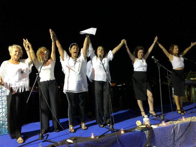 Decenas de personas disfrutaron de la poesía en la noche de los 'mares de papel' - 1, Foto 1