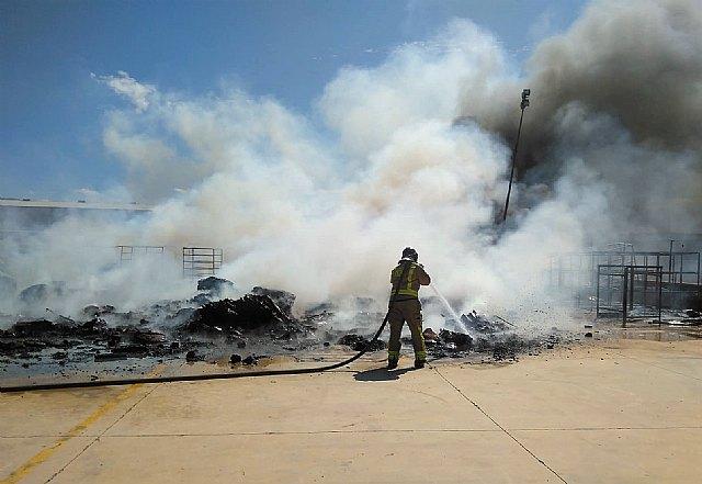 Incendio en el exterior de una nave industrial del polígono Industrial Las Salinas - 1, Foto 1