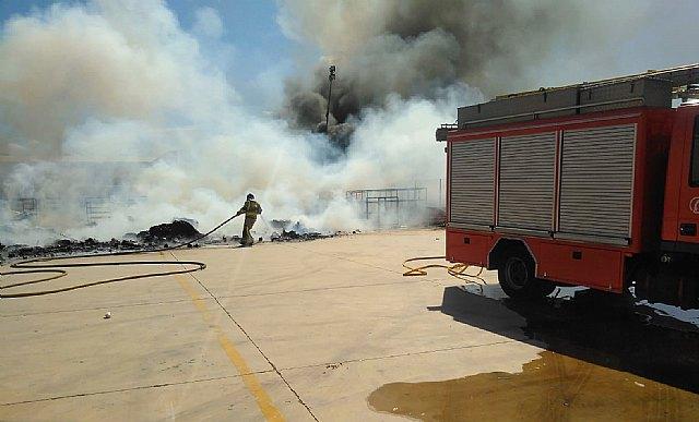 Incendio en el exterior de una nave industrial del polígono Industrial Las Salinas - 2, Foto 2