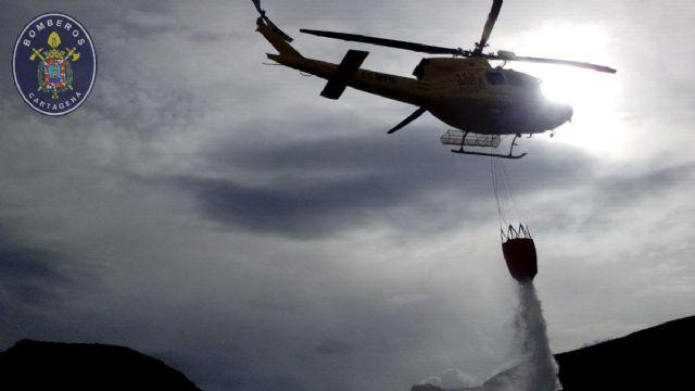 Un helicóptero, bomberos y brigadas forestales participan en la extinción de un incendio en la Sierra de la Fausilla - 1, Foto 1