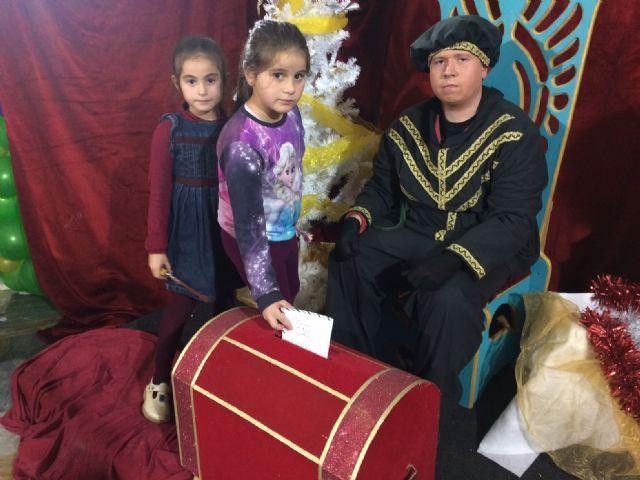 El Cartero Real enviado por Sus Majestades los Reyes Magos de Oriente recoge las misivas y deseos de los niños y niñas de Totana