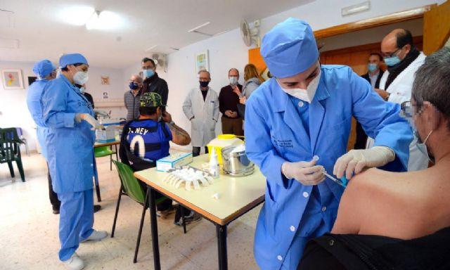 El Ayuntamiento vacuna contra la Covid-19 a 60 trabajadores y usuarios de Jesús Abandonado - 1, Foto 1