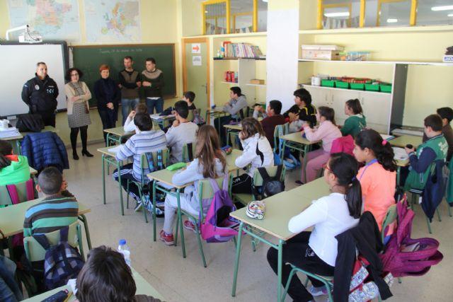 El Ayuntamiento pone en marcha una campaña de sensibilización contra el absentismo escolar en los centros educativos de Puerto Lumbreras - 1, Foto 1