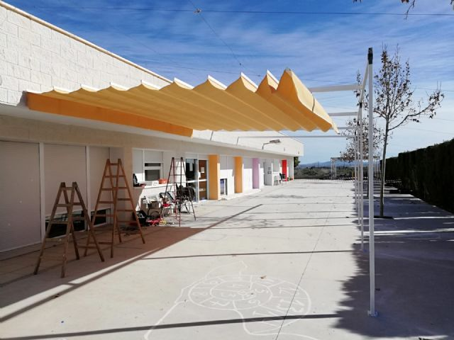 "They place an awning to combat the high temperatures in the CEIP ""Luís Pérez Rueda"""