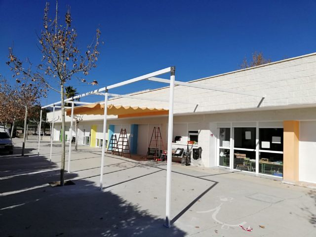 "They place an awning to combat the high temperatures in the CEIP ""Luís Pérez Rueda"", Foto 2"