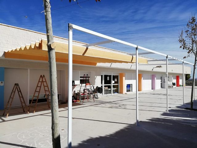 "They place an awning to combat the high temperatures in the CEIP ""Luís Pérez Rueda"", Foto 4"