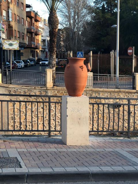 They restore eight new decorative ceramic elements that had been destroyed by vandalism in the Rambla de La Santa avenue