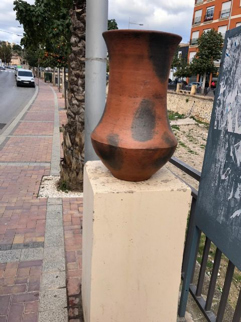 They restore eight new decorative ceramic elements that had been destroyed by vandalism in the Rambla de La Santa avenue - 2
