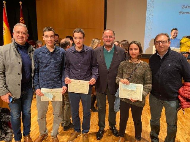 El alcalde y el concejal de Educación acompañan a los tres estudiantes del IES Juan de la Cierva galardonados con los Premios Extraordinarios de Bachillerato del curso 2018/19, que otorga la Consejería
