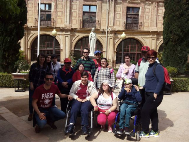 "Users and professionals of the Day Center for People with Psychic Disability ""José Moyá"" visit the facilities of the UCAM"