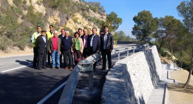 La carretera que une Alhama de Murcia con Pliego mejora su seguridad al repararse el firme y construir un muro, Foto 1