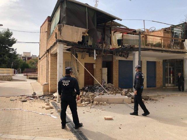 Policía Local y Bomberos atienden el desprendimiento de una terraza en El Palmar - 1, Foto 1