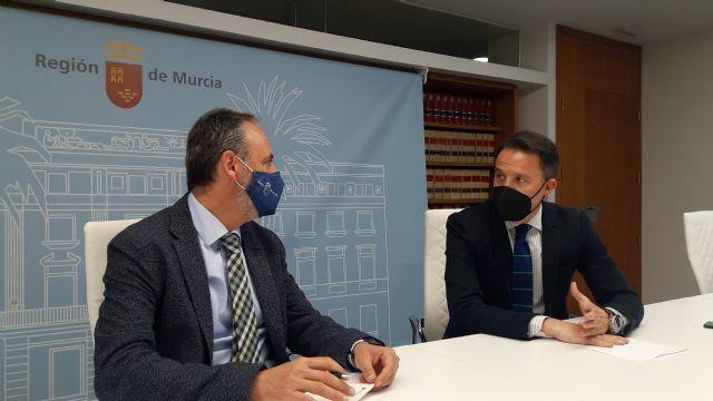 Fulgencio Gil se reúne con el consejero de Economía y expresa su apuesta por aprovechar los fondos europeos para dotar a todas las pedanías de fibra óptica - 1, Foto 1
