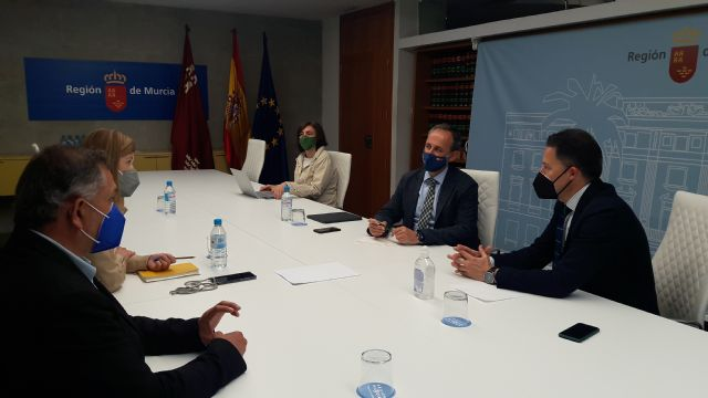 Fulgencio Gil se reúne con el consejero de Economía y expresa su apuesta por aprovechar los fondos europeos para dotar a todas las pedanías de fibra óptica - 2, Foto 2