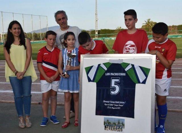 La Concejalía de Deportes y el Club de Fútbol de Empresas rindieron un merecido homenaje a Enrique Ambit Palacios