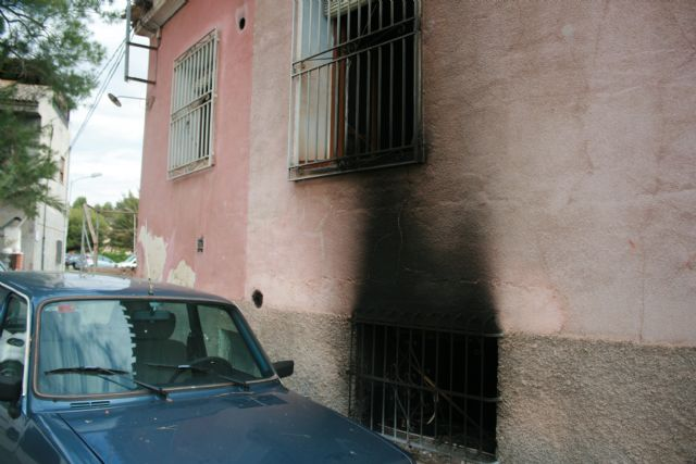 The Local Police rescue a man from a fire after pulling the grille of an uninhabited dwelling on Paseo de Las Ollerías