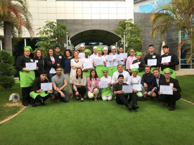 Más de 20 jóvenes de Torre Pacheco consiguen un certificado de profesionalidad en operaciones básicas de cocina y de pastelería - 1, Foto 1