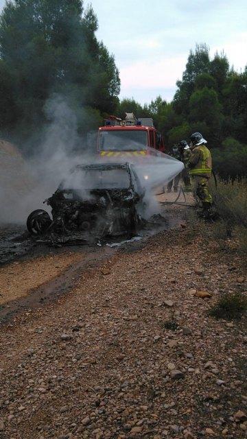 Incendio de un turismo en la carretera de Fortuna entre el Coto de Cuadros y el cine Flipper - 2, Foto 2