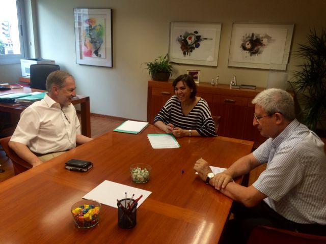 La consejera de Sanidad se reúne con el responsable de la Unidad de Medicina Tropical del hospital Virgen de la Arrixaca - 1, Foto 1