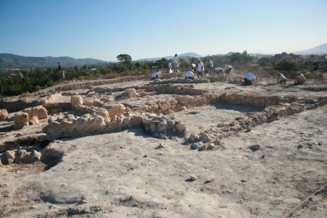 "About twenty volunteers participate in the V Archaeological Work Camp in the ""Las Cabezuelas"" field, organized by the ""Kalathos"" Association - 2"