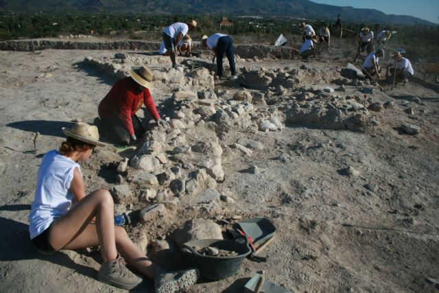 "About twenty volunteers participate in the V Archaeological Work Camp in the ""Las Cabezuelas"" field, organized by the ""Kalathos"" Association - 3"