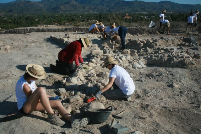"About twenty volunteers participate in the V Archaeological Work Camp in the ""Las Cabezuelas"" field, organized by the ""Kalathos"" Association - 6"