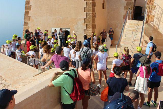Un grupo de 38 niños asiste a la visita guiada al Castillo de la mano del arqueólogo municipal - 1, Foto 1