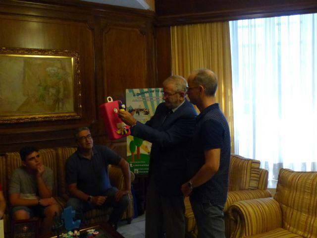 El presidente de la Asamblea recibe al IES Manuel Tárraga tras su ingreso en la Orden Civil Alfonso X el Sabio por un proyecto innovador - 2, Foto 2