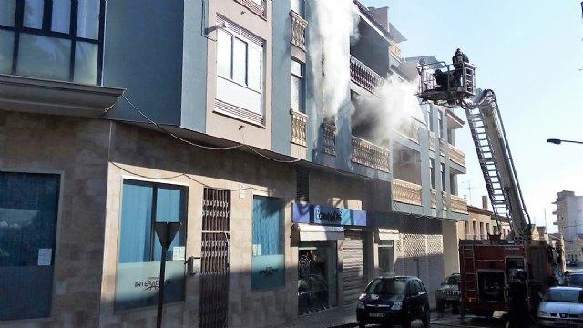 Bomberos del CEIS apagan el incendio en un piso de Totana