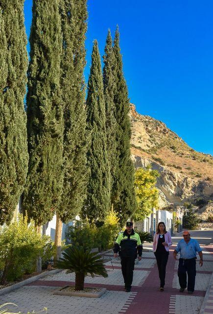 La Alcaldesa y técnicos municipales visitan las obras de mejora del camposanto archenero - 1, Foto 1