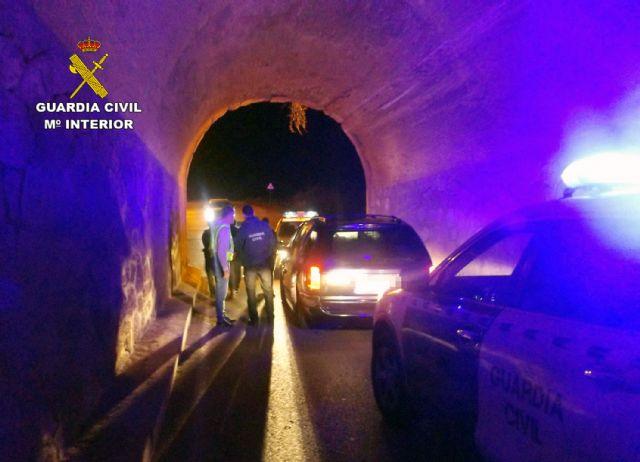La Guardia Civil detiene in fraganti a tres individuos cuando salían de una finca agrícola con más de una tonelada de mandarinas