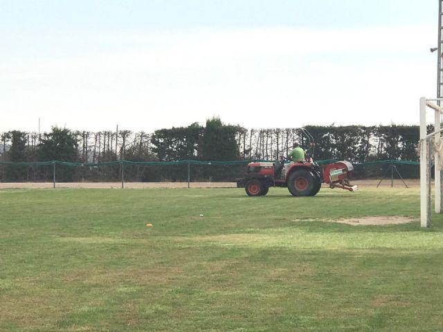 Realizan trabajos para la mejora del césped del campo del Polideportivo Municipal
