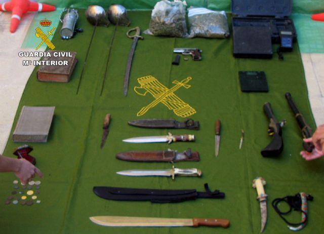 La Guardia Civil desmantela un punto de venta de droga e intervine armas y objetos antiguos robados - 1, Foto 1