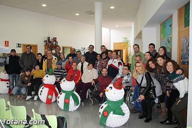 Presentan los muñecos que han realizado los usuarios del Centro de Día de Enfermedad Mental de Totana con motivo de la Navidad, Foto 1