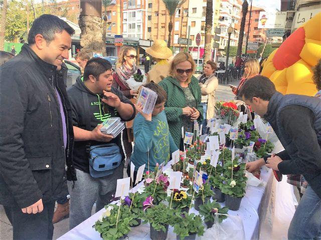 Del huerto a la plaza. Los alumnos del Colegio de Educación Especial Eusebio Martínez ofrecen las plantas que han criado en un mercadillo en la calle Mayor - 1, Foto 1