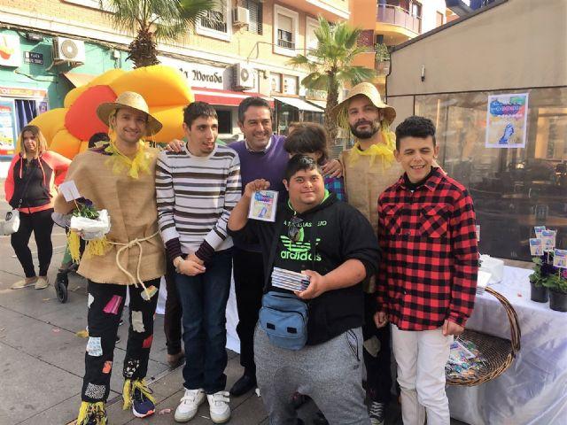 Del huerto a la plaza. Los alumnos del Colegio de Educación Especial Eusebio Martínez ofrecen las plantas que han criado en un mercadillo en la calle Mayor - 3, Foto 3